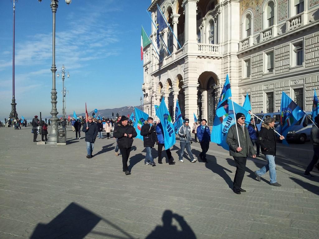 Foto lo sciopero generale ecco la uilpa nelle varie for Costo seminterrato di sciopero